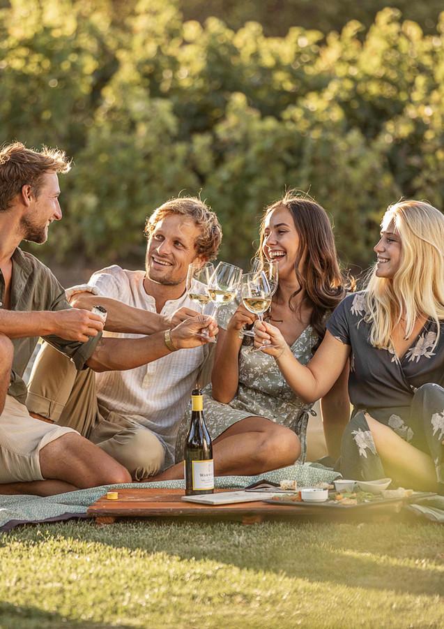 Freunde Wein Tasting Sommer Abend Andreas Müllner Phil Scherer