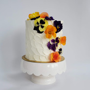Vanilla cake with local edible flowers