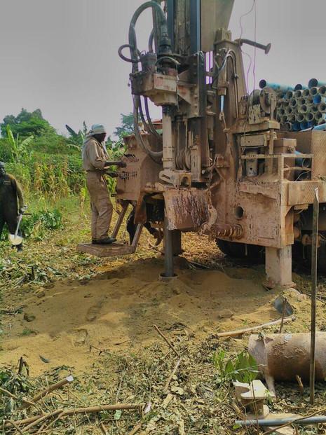 Fritzlarer Zahnarzt baut Brunnen in Uganda