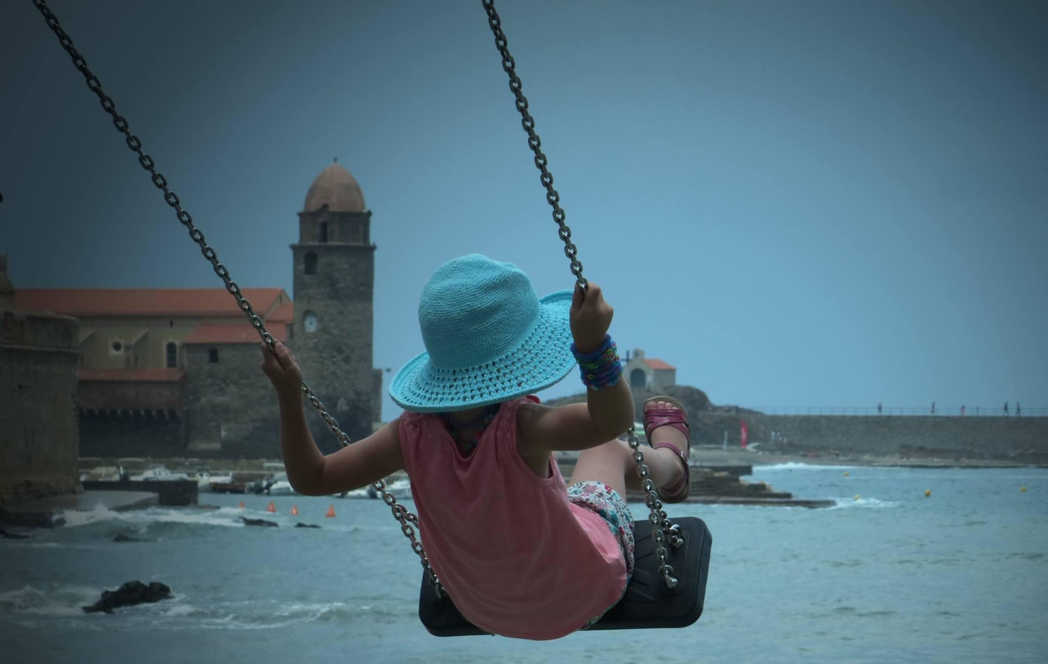 Petite fille à la balançoire