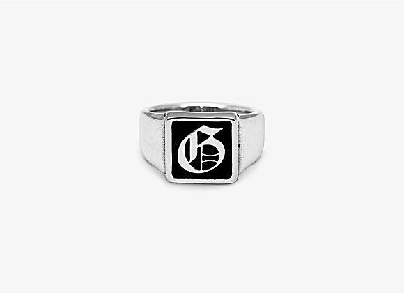 Gothic Square Ring, anello in argento 925, forma squadrata e castone rialzato con lettera gotica personalizzabile Mama Schwaz
