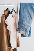 Vêtements Ganging sur un rack