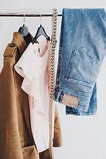 Kleidung, die auf einem Gestell hängt