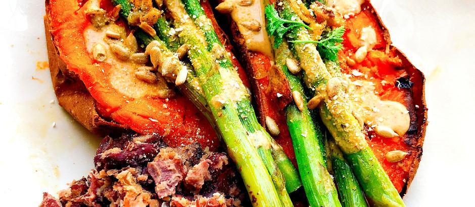 Ofen-Süßkartoffeln in cremiger Tahini-Sauce mit Kidneybohnen-Smash und gebratenem grünen Spargel