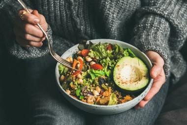 veganer-kochkurs-online-frau-isst-bowl.j