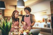 veganer-kochkurs-online-paar-kocht-zuhau