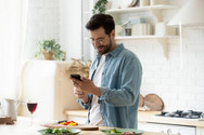 veganer-kochkurs-online-mann-kocht-zuhau