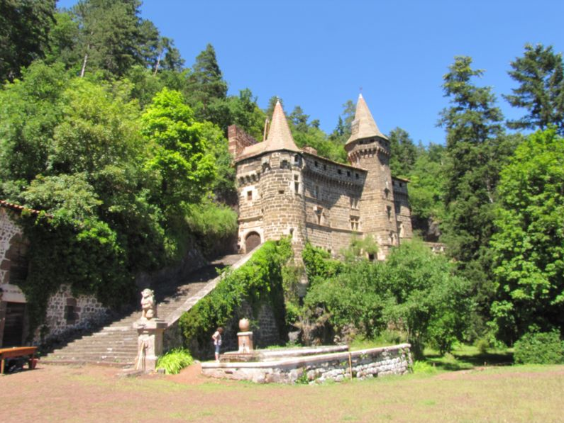 l'escalier, le château contre la falaise de basalte