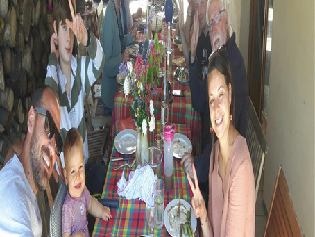 Une très longue table d'anniversaire