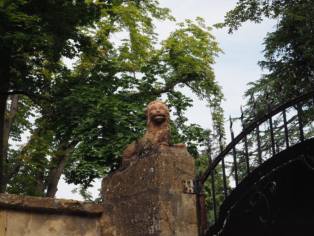 portail des dépendances du château de Belle-scize