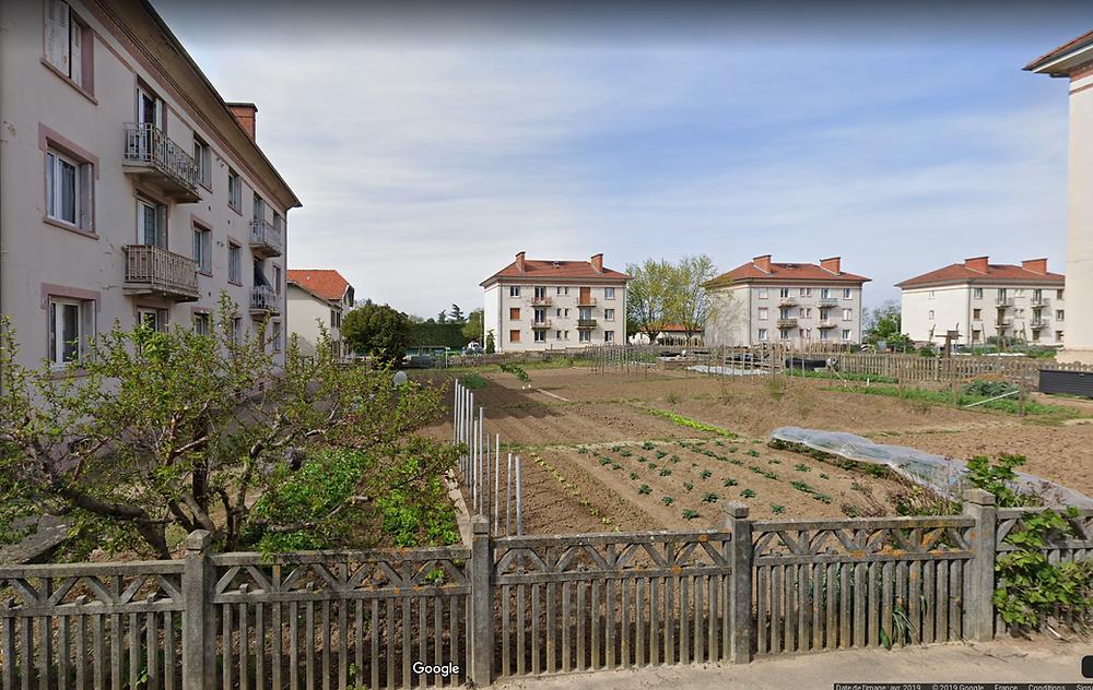 dis bâtiments des années 30 entourant les jardins ouvriers