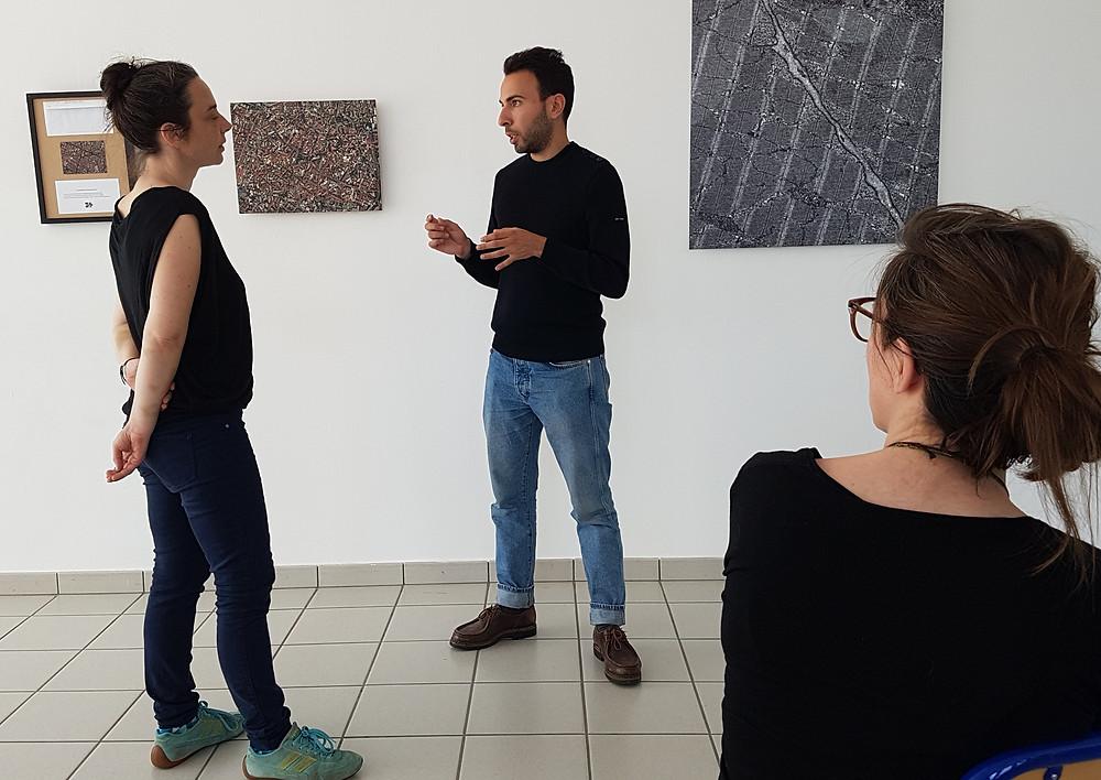 Nabil Tazi exposant sa démarche à Nolwen et Amélie