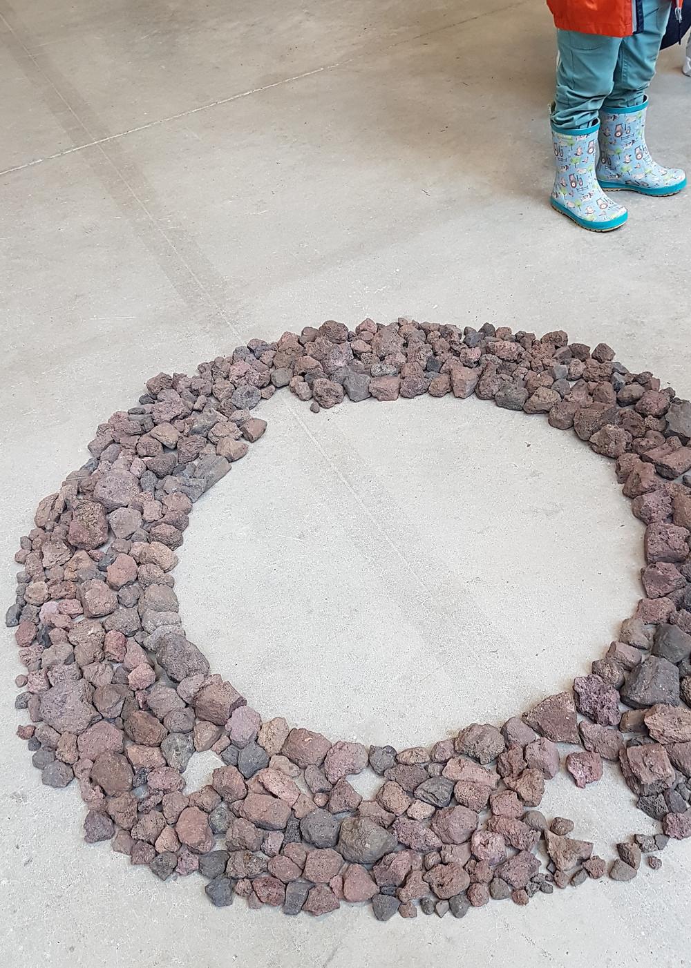 ronde de pierres de volcan