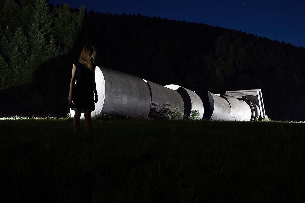 la colonne brisée d'Anne et Patrick Poirier de nuit
