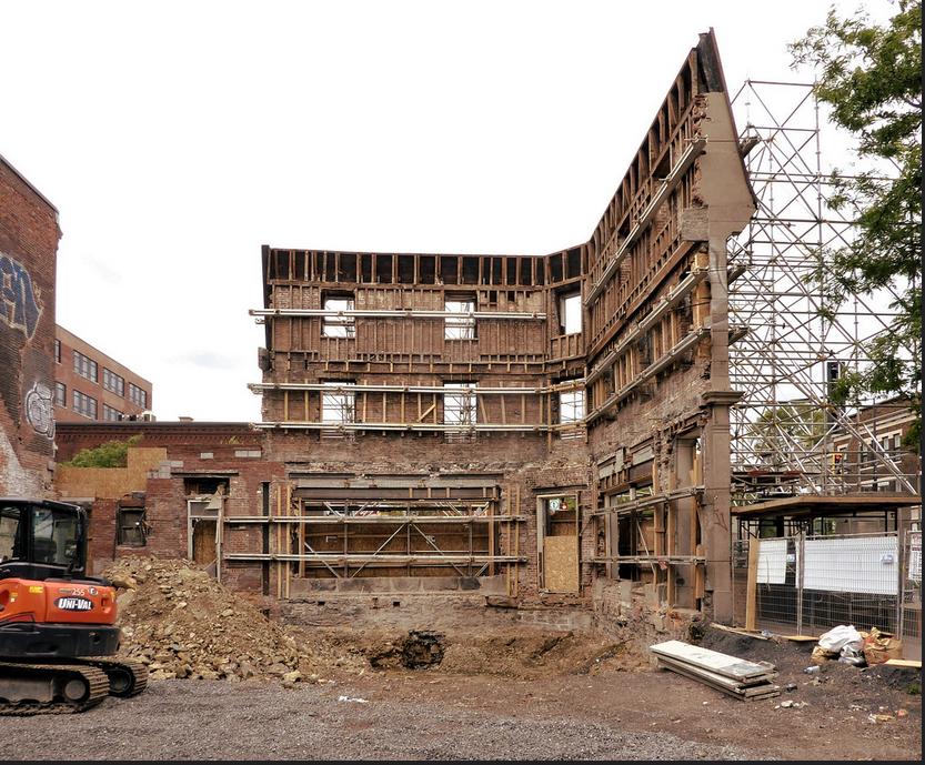 il ne reste plus que la façade du bâtiment à rénover et à agrandir