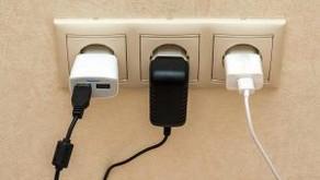 האם אפשר להשאיר את מטען הטלפון הנייד בשקע החשמל?