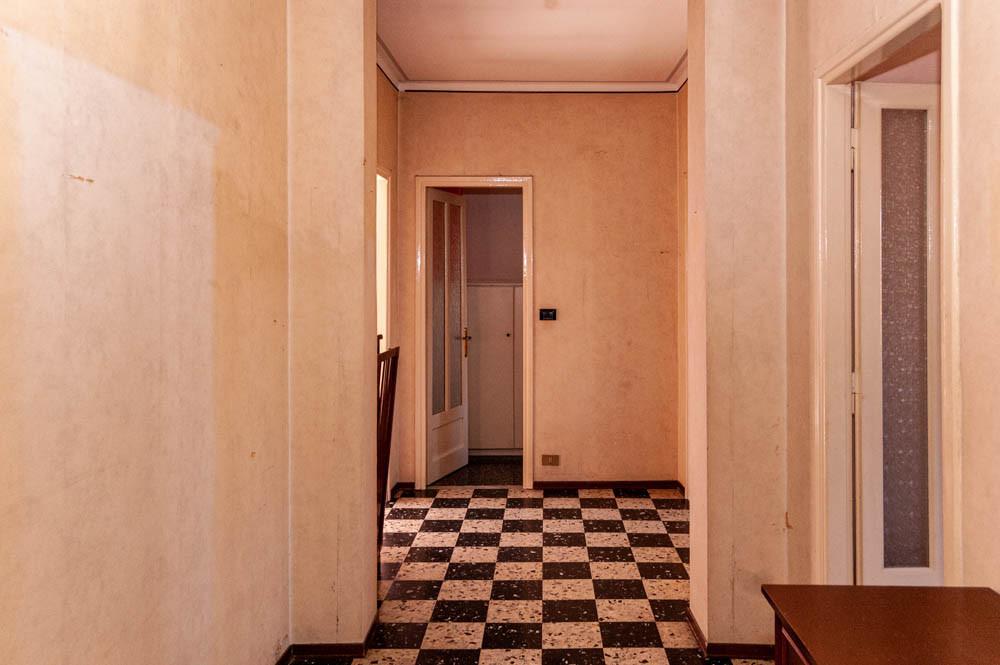 Ingresso su corridoio che disimpegna tutte le stanze dell'appartamento sito in strada Castello di Mirafiori 107 a Torino