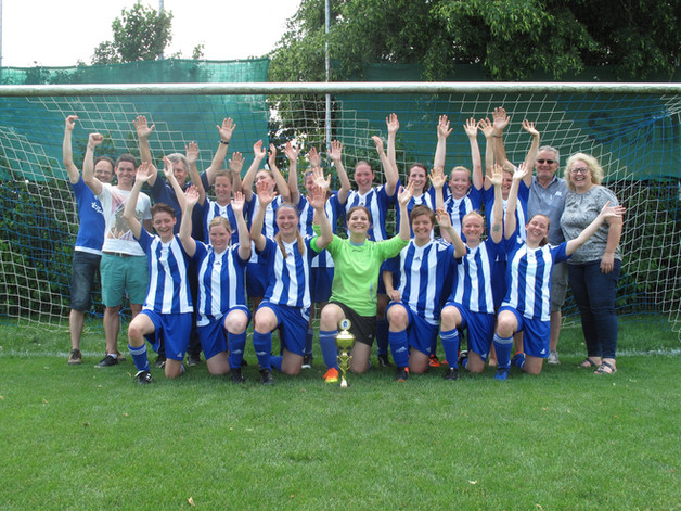 Damen spielen Liga konzentriert zu Ende - Übergabe Meisterpokal