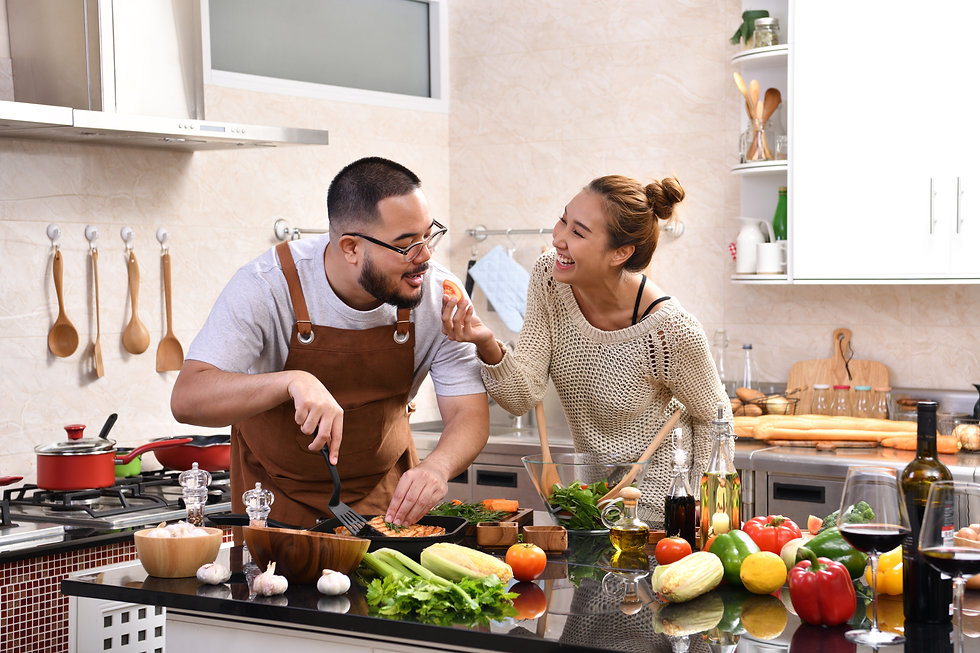 couple-cooking-in-the-kitchen-PC4USH2.jp