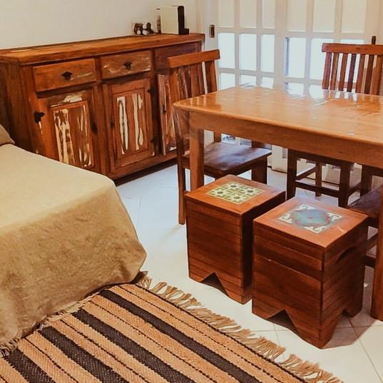 Buffet, mesa, bancos com ladrilho e cadeira mineira