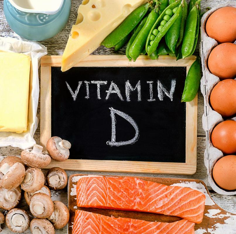 Usted está experimentando dolor crónico en los pies. Ha abandonado sus incómodos zapatos, está más consciente de la cantidad de tiempo que pasa con los pies, no tiene lesiones en los pies ni en los tobillos que pueda recordar y ninguna condición que pueda ser la culpable, por ejemplo, artritis, tendinitis. o fascitis plantar.  Entonces, ¿qué da?  Bueno, podría ser que te falte una vitamina muy esencial, la vitamina D. La vitamina D es una vitamina soluble en grasa que protege tus huesos. Una deficiencia de vitamina D puede conducir a una variedad de enfermedades diferentes, incluida la osteoporosis, el dolor muscular en general y un mayor riesgo de caídas que podrían provocar fracturas. Si está notando dolor en su pie y / o tobillo, podría deberse a la falta de vitamina D en su dieta.