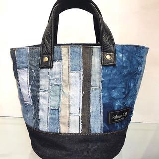 デザイナー自ら帆布を手染めした北海道伊達産の藍染と1枚1枚ジーンズをはぎ合わせた