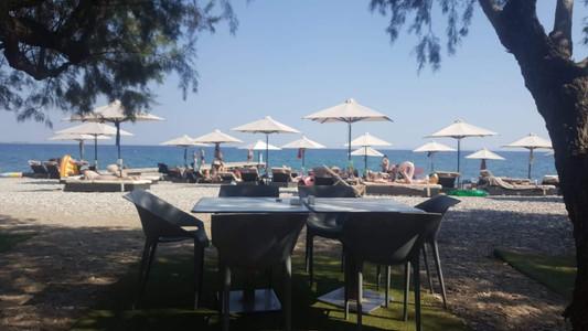 השולחן שליד השולחן שלנו... בדוריסה ביץ ריזורט, סאמוס, יוון