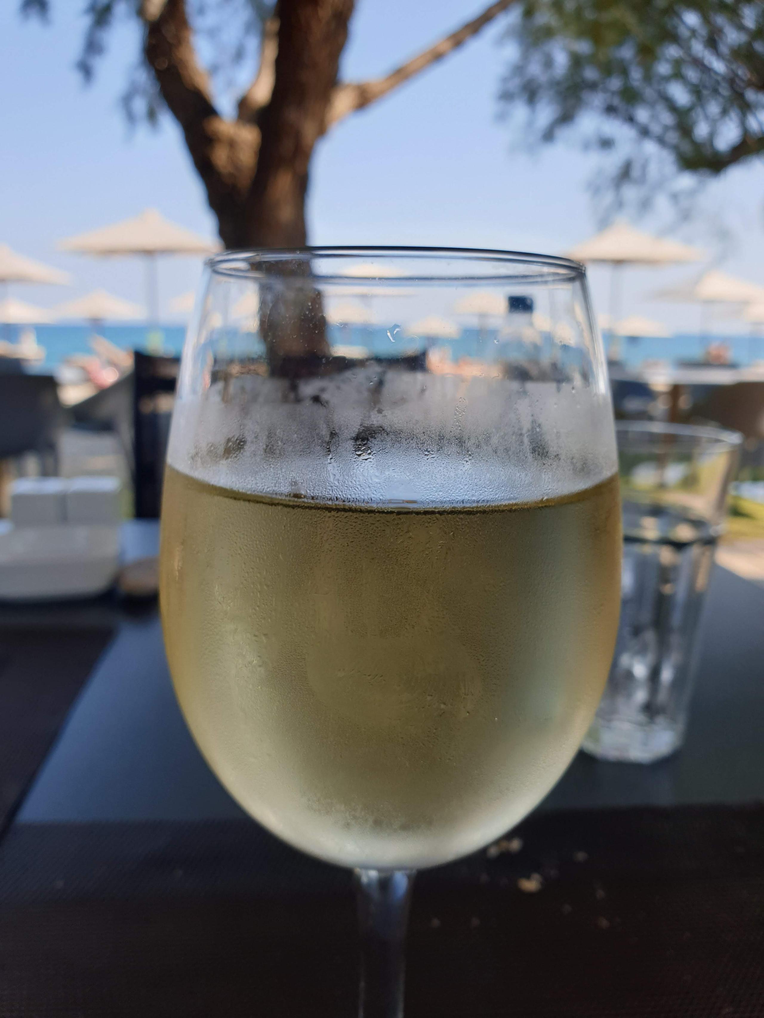 יין לבן יבש, בדוריסה ביץ ריזורט על הים