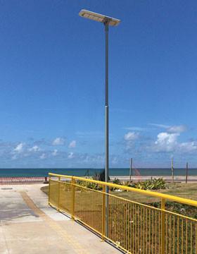 Poste Solar em passarela de Salvador com Luminária Solar da Fotovolt