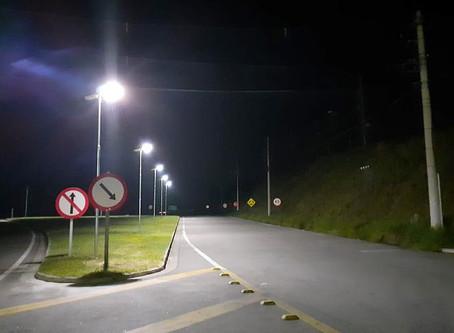Ruas internas de Multinacional iluminadas por Luminárias Solares