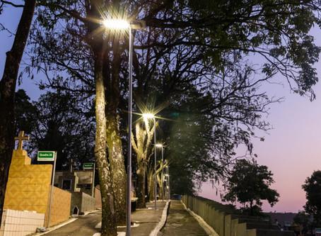 Cemitério iluminado por 90 Luminárias Solares