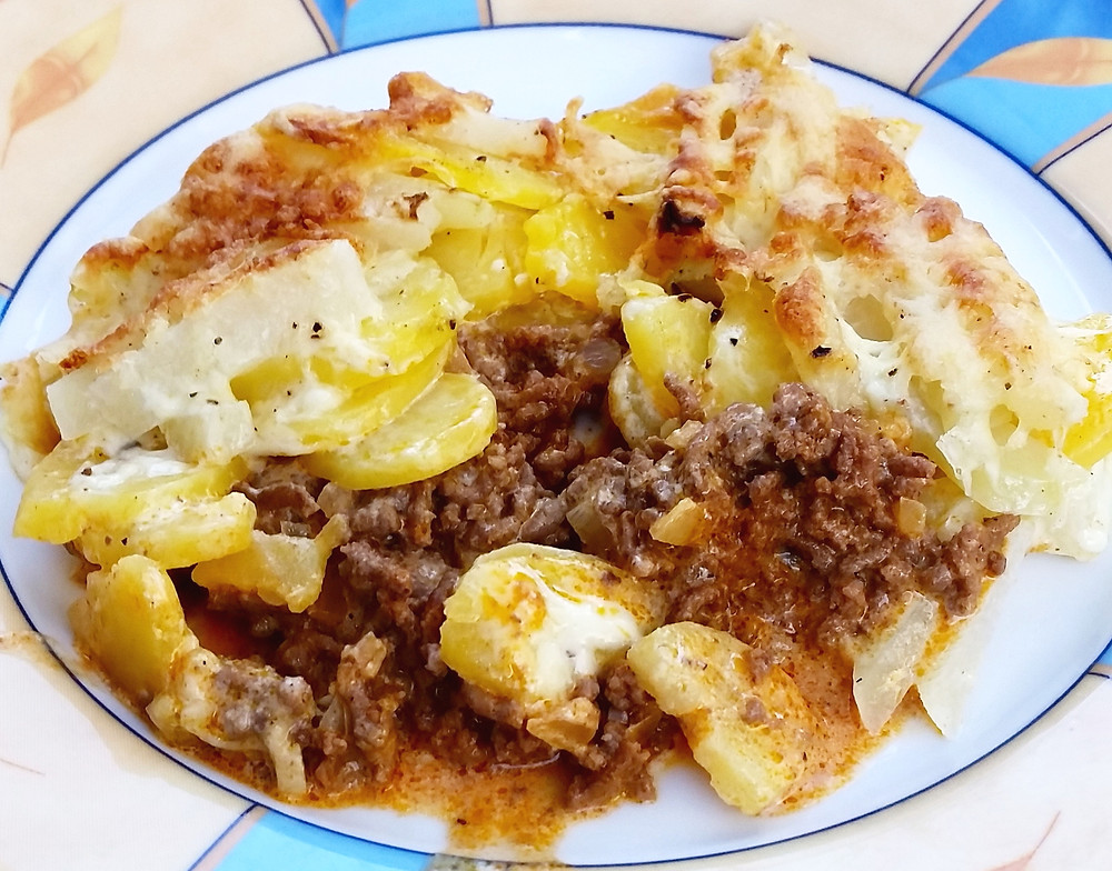 Kohlrabi-Kartoffel-Hackfleisch-Auflauf serviert