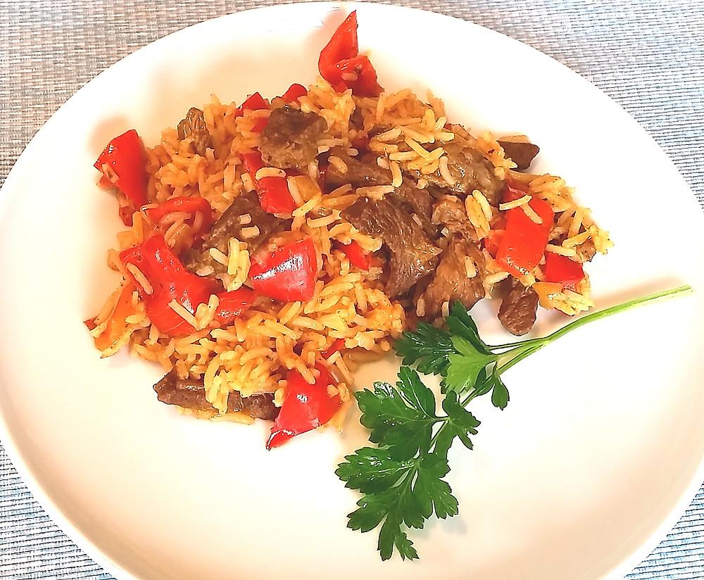 Rindfleisch-Paprika-Reis-Eintopf servierfertig