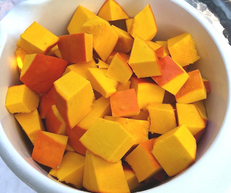 Kürbisstücke zum Kochen vorbereitet