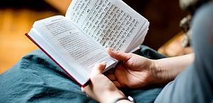 Leyendo la biblia.jpg
