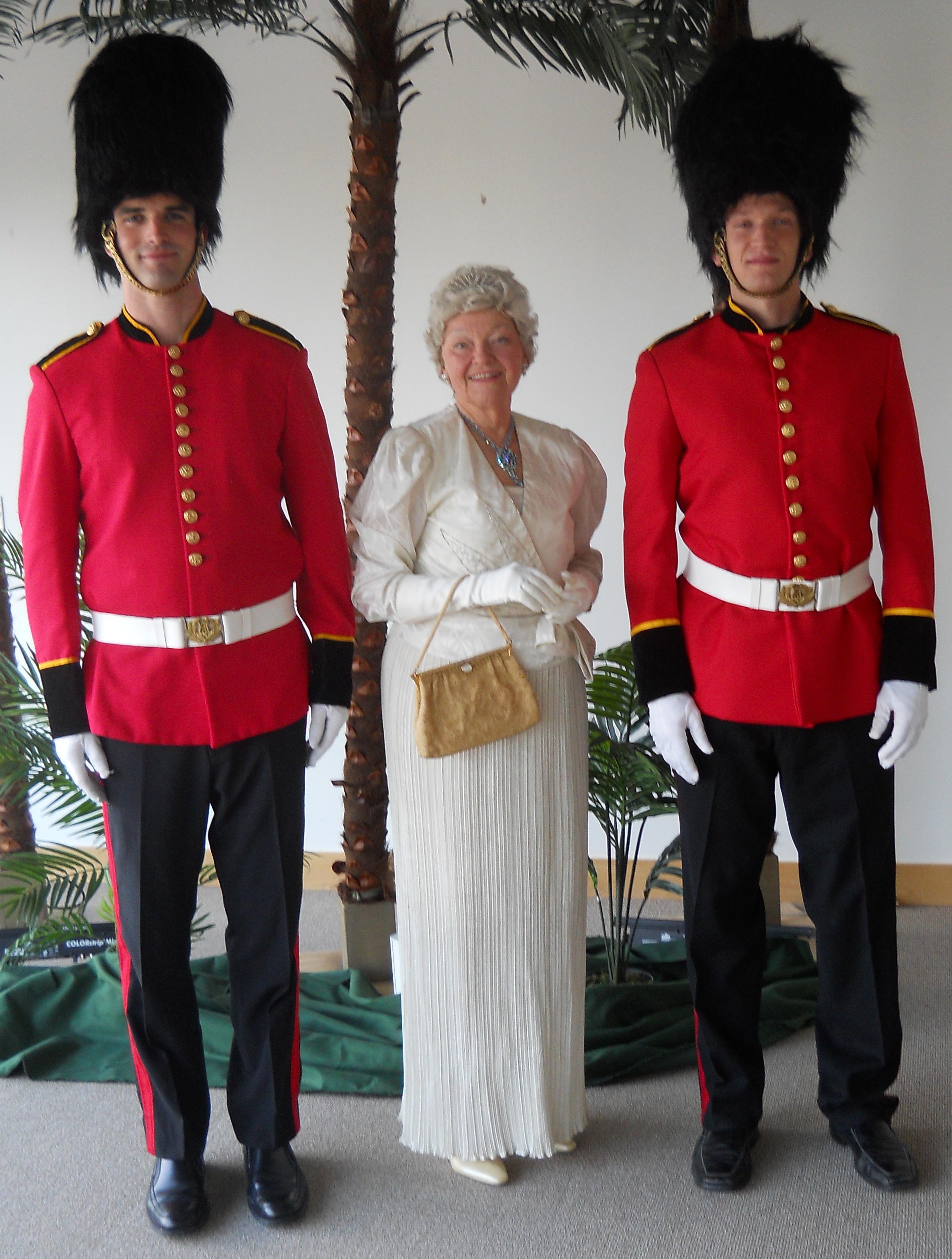 BuckinghamQueenGuards(3)
