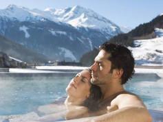 Купание в бассейнах с настоящей геотермальной водой среди снегов
