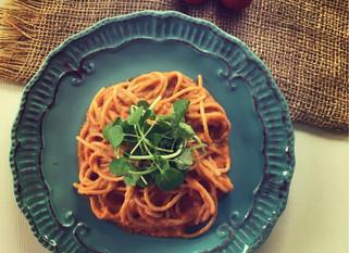 Pastas de arroz integral con salsa de tomate y queso vegano