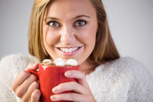 pretty-blond-apreciando-chocolate-quente