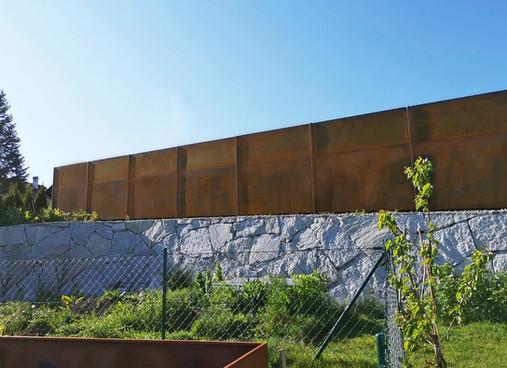 Zaun aus Stahl mit Patina