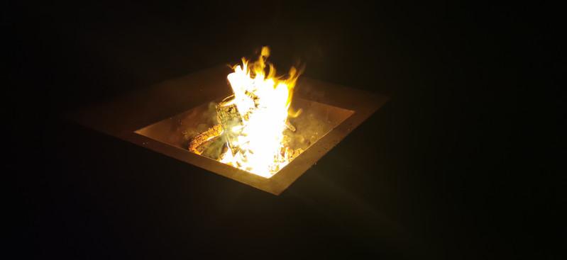 Feuerstelle Aurora mit Feuer
