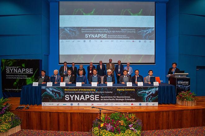 SYNAPSE亞太六國人腦圖譜合作計畫簽約儀式坐排左一是國家同步輻射中心主任羅國