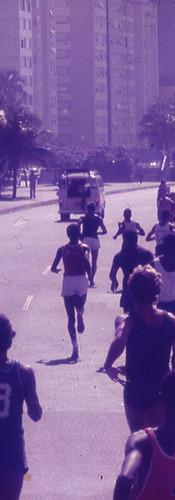 Atletas tomam a orla de Copacabana