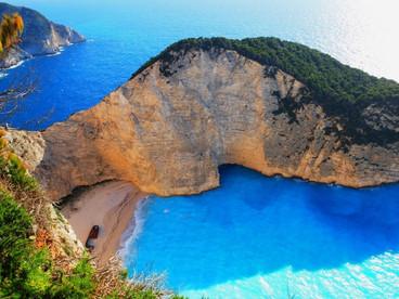 ファッションで巡るギリシャ 色彩溢れる海の風景を訪ねて 3 ~ザキントス島 シップレックビーチ~