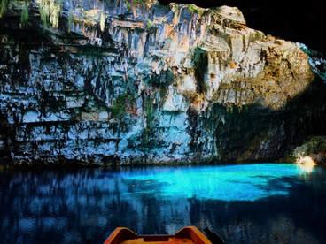 ファッションで巡るギリシャ 色彩溢れる海の風景を訪ねて 2 前編 ~ケファロニア島 ドロガラティ洞窟、メリッサニ洞窟~