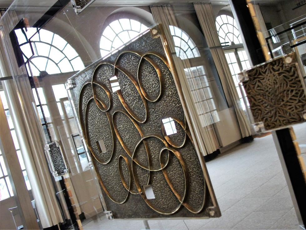 Plaque de bronze patinée Sertie sur Altuglas Suspendue avec câble inox 60x60cm