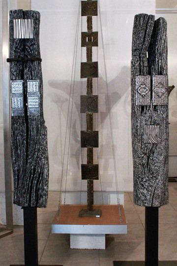 Groupe de poutres de charpente peintes   Plaques aluminium surfin surpolies et Altuglas noir et blanc serties Hauteur : 1m90 à 2m40