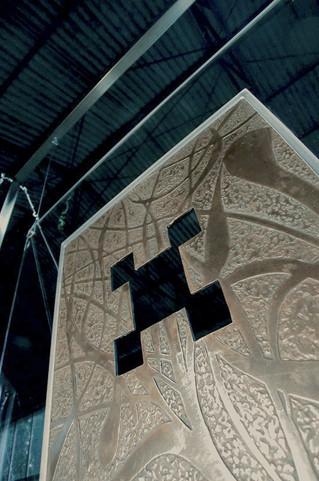 """""""La Tour carrée"""" Plaque de bronze Patinée & sertie sur Altuglas  Suspendue avec câble inox 60x60cm - I"""