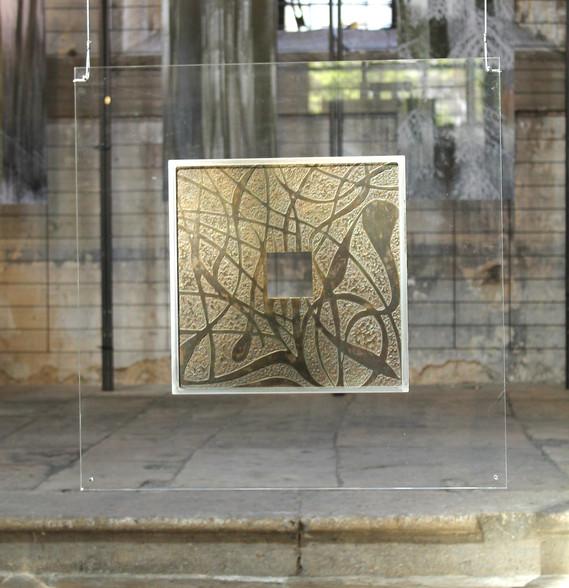 """""""Le Passage"""" Plaque de bronze patinée Sertie sur Altuglas  Suspendue avec câble inox 60x60cm"""