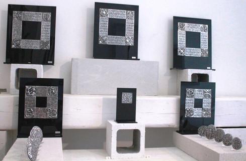 Engraved & chiselled extra-fine aluminium Black Altuglas support